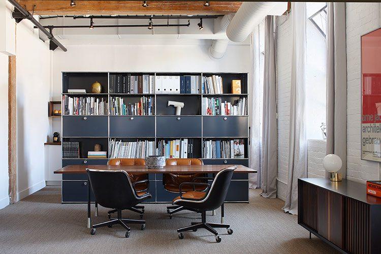 Un ufficio dalla forte connotazione residenziale for Design stanza ufficio