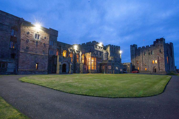 Disano illumina l esterno di una castello storico ai confini tra
