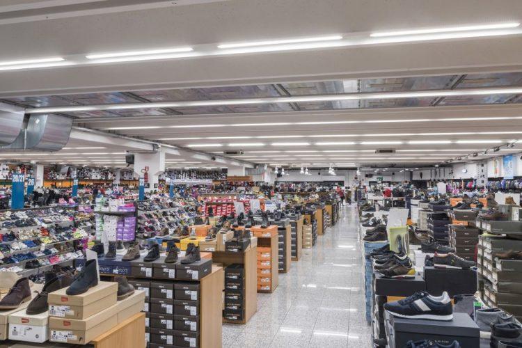 Plafoniere Da Esterno Gewiss : Uno store di mq illuminato dalla luce green gewiss