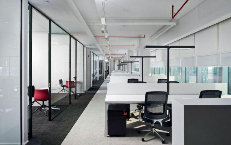 Plafoniera Ufficio Design : Un design minimalista che contraddistigue gli uffici al dubai