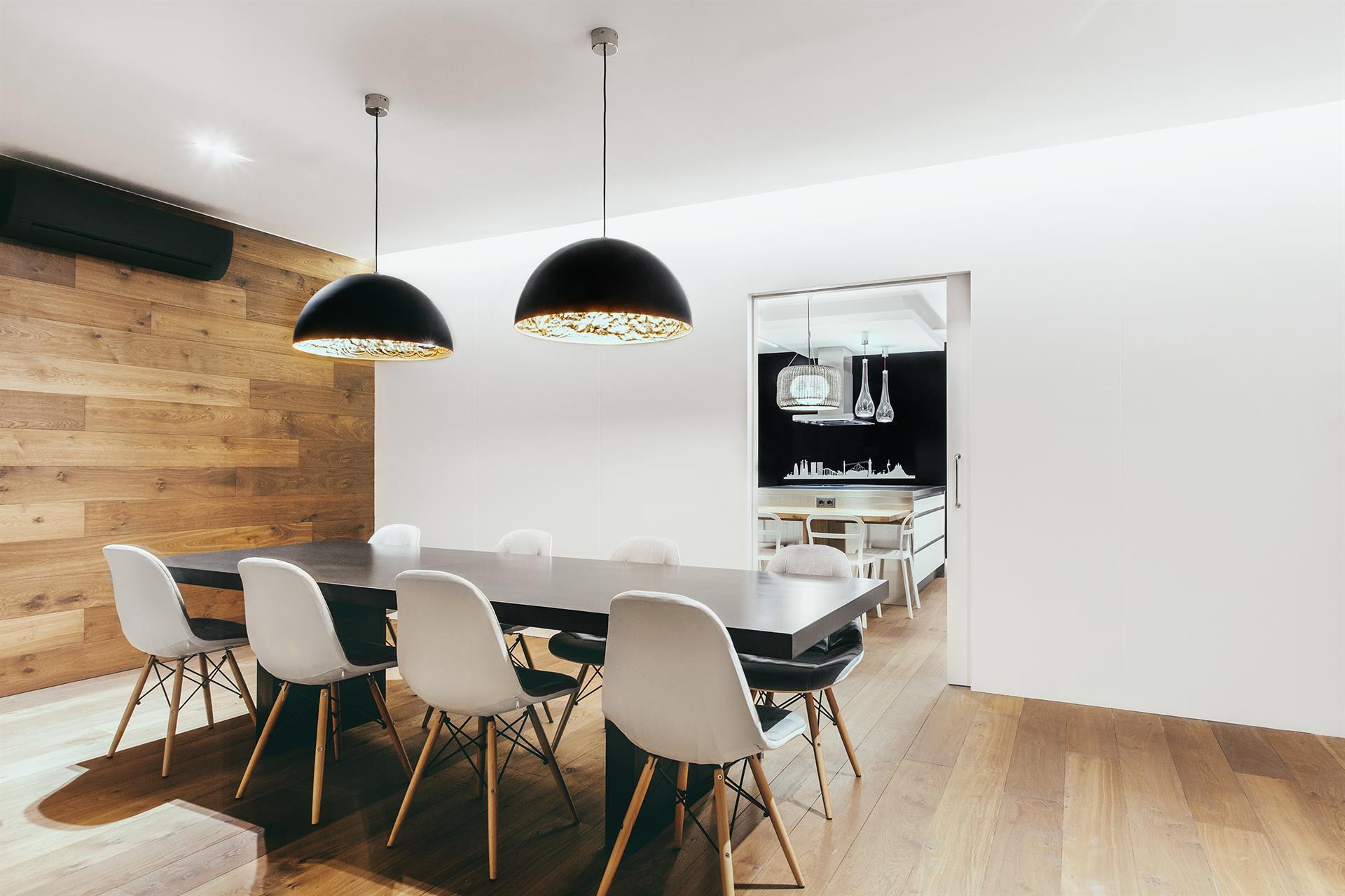 Lampade a sospensione arredano un appartamento di design in spagna