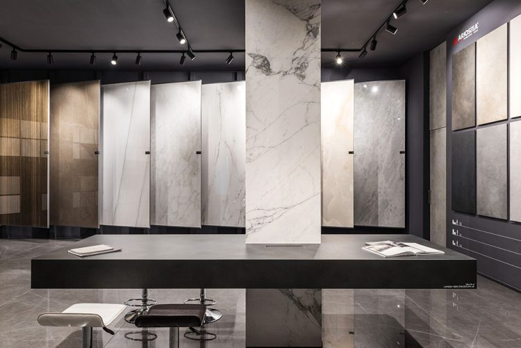 Illuminazione ad hoc per enfatizzare i prodotti in uno showroom